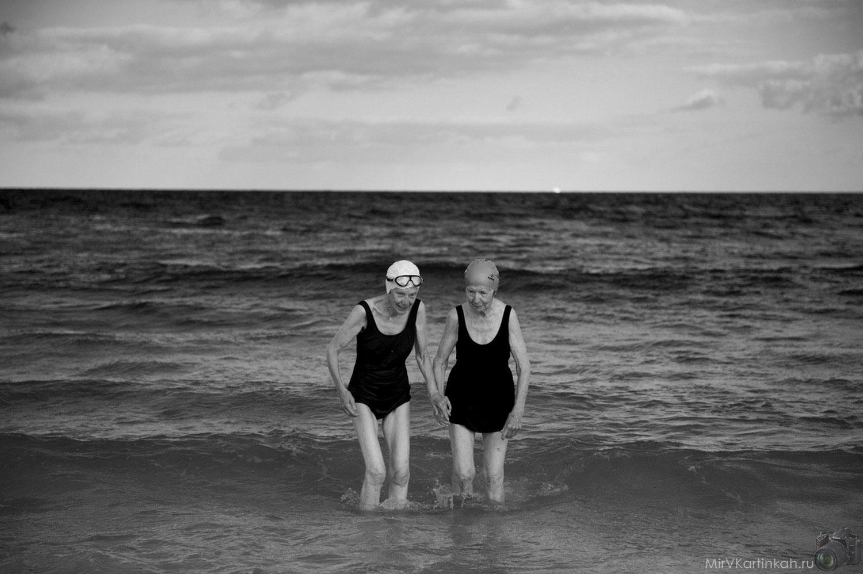 бабушки в море