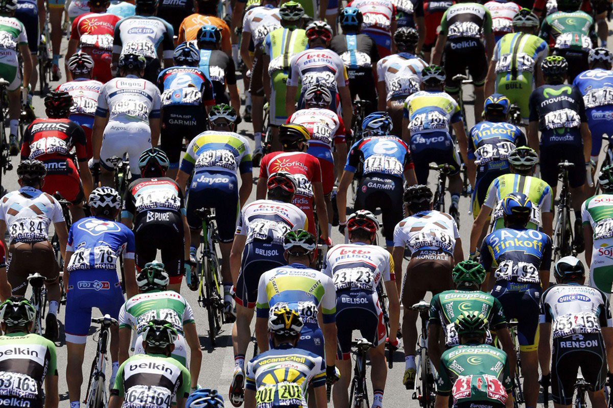 Спортсмены на велотреке