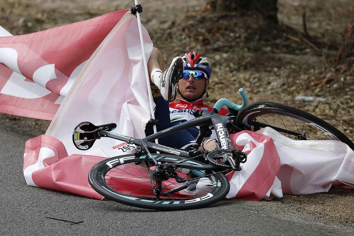 Падение участника заезда с велосипеда