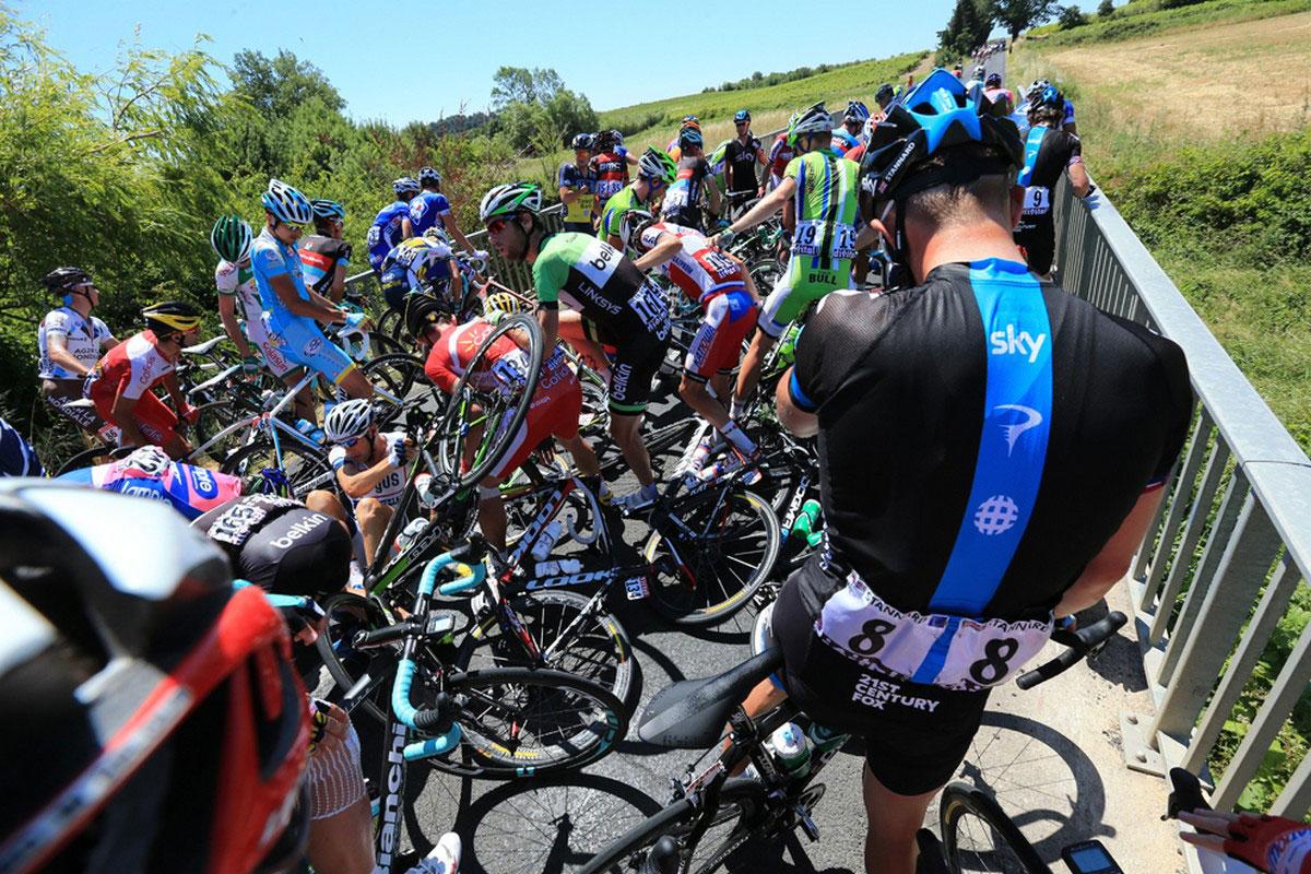 падение велосипедистов