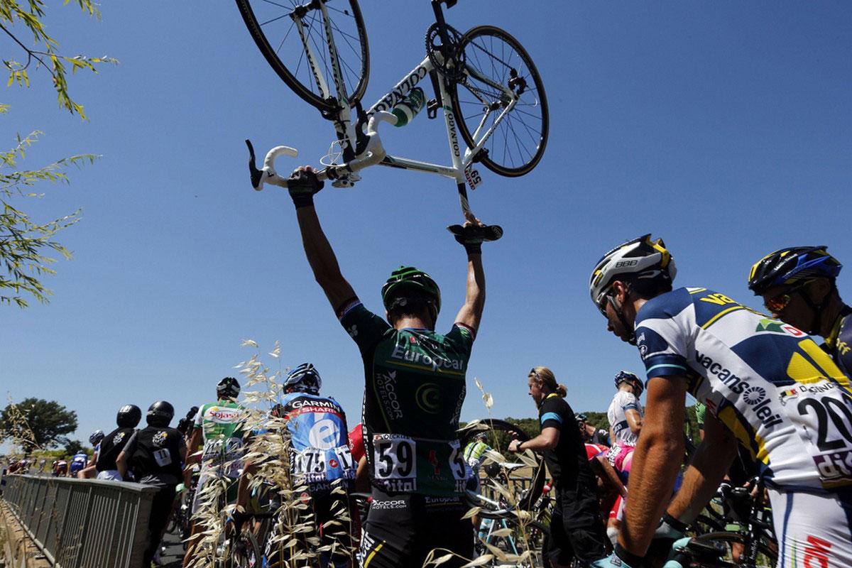 спортсмен с велосипедом над головой