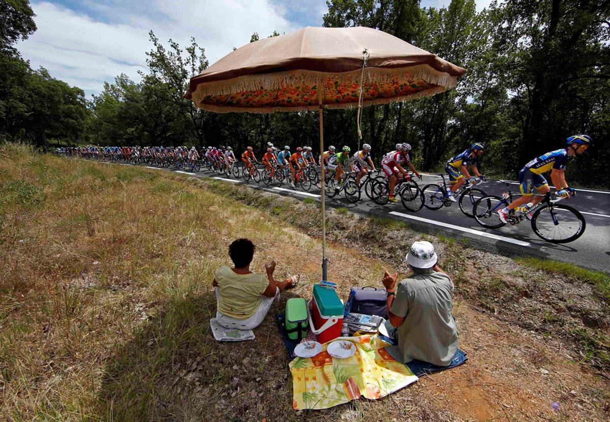 Поклонники велоспорта наблюдают за гонкой