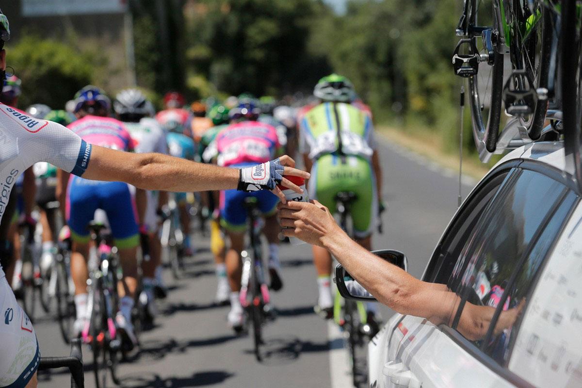 спортсмен берет бутылку воды