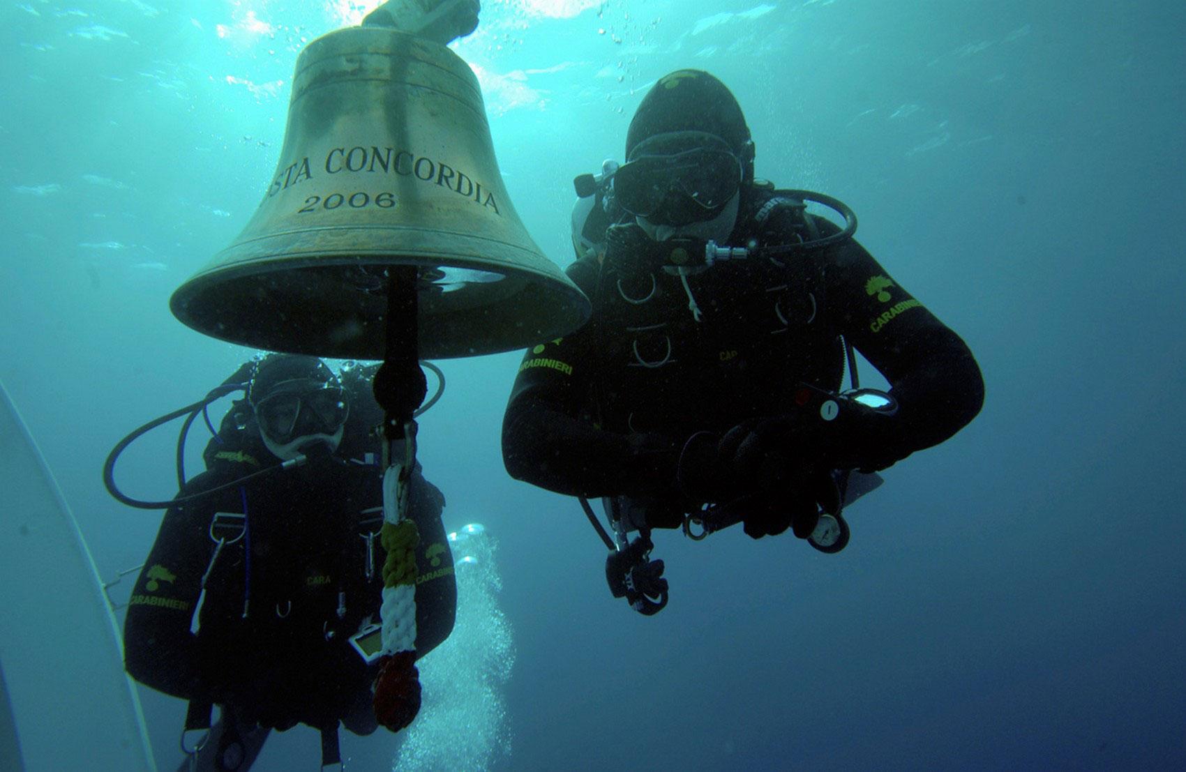Дайверы осматривают затонувший Costa Concordia, фото