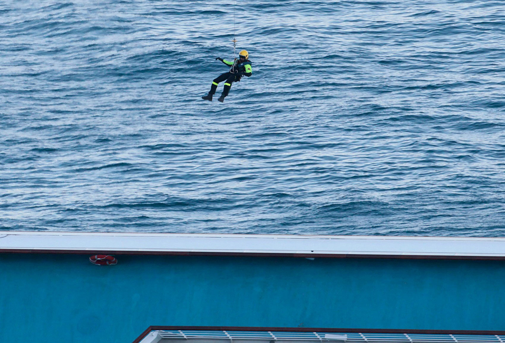 Спасатель спускается с вертолета, фото