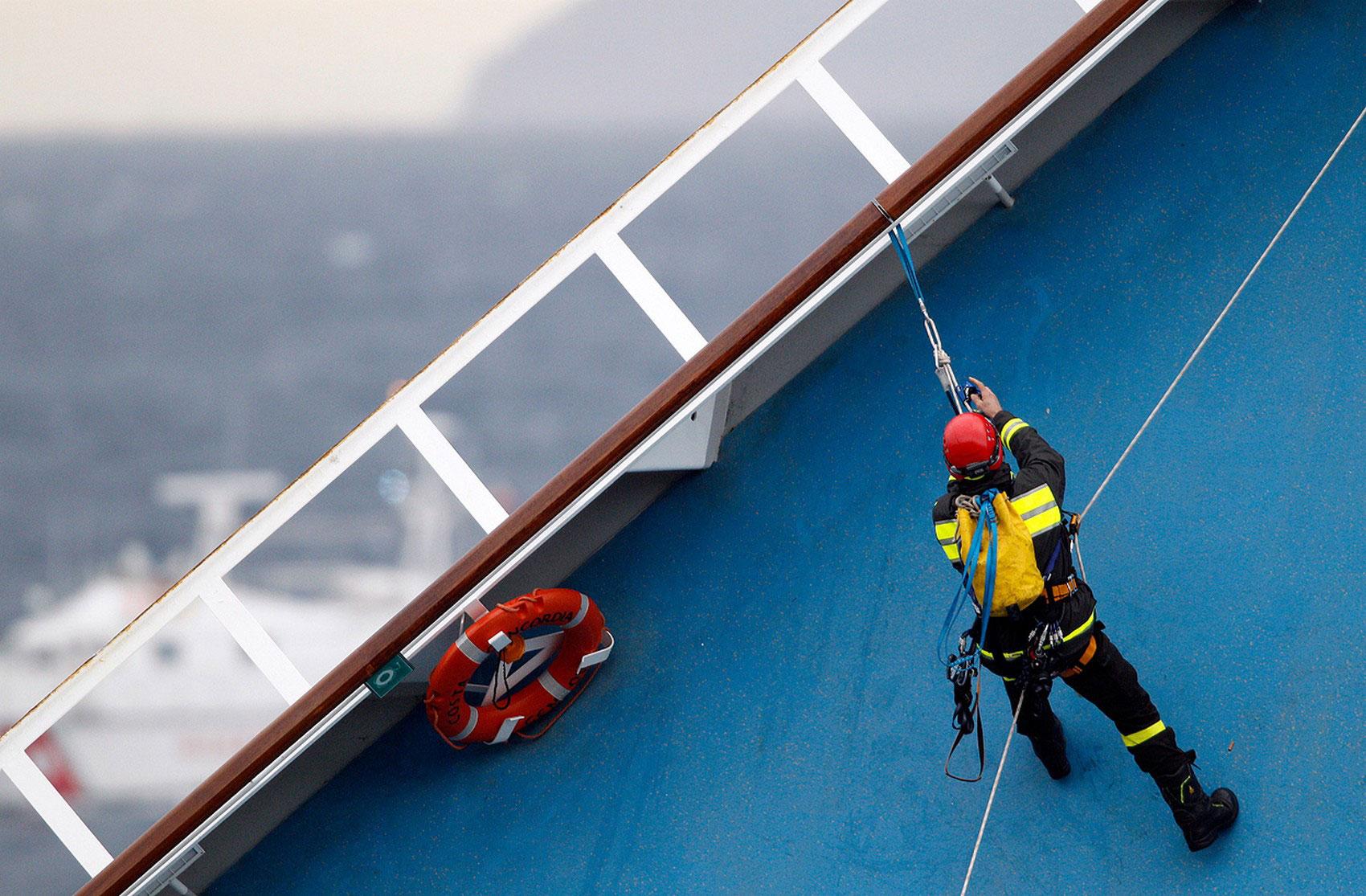 Спасатель поднимается на борт, фото