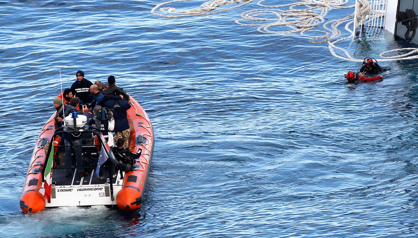 Аквалангисты вытаскивают из воды мужчину, фото