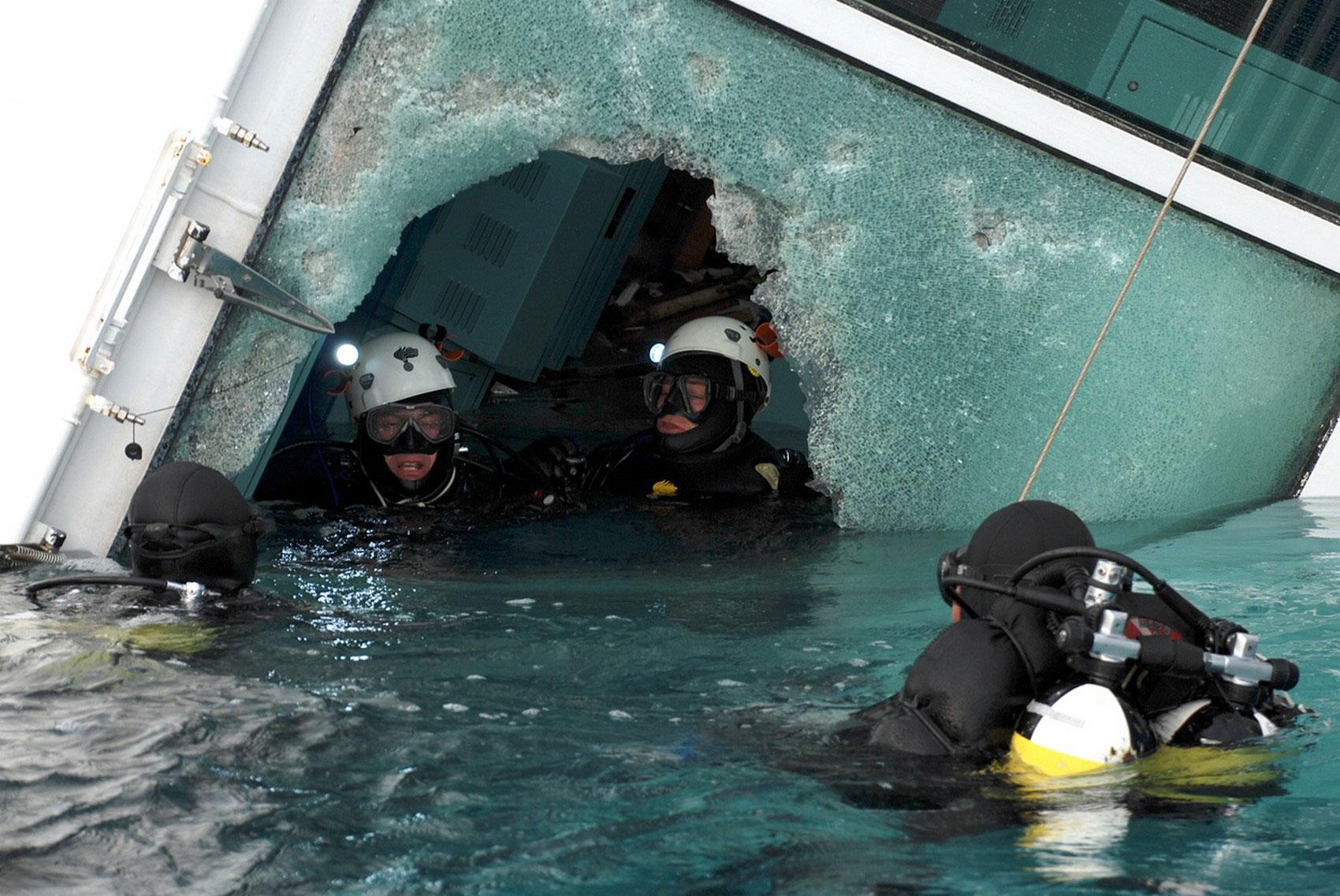 Дайверы осматривают корабль, фото