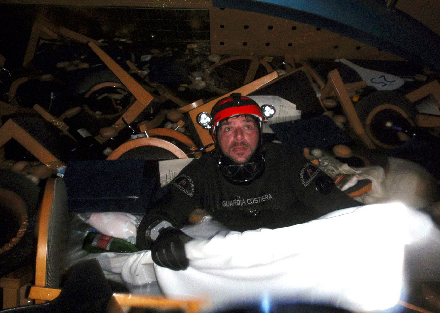 плавающие предметы мебели внутри корабля, фото