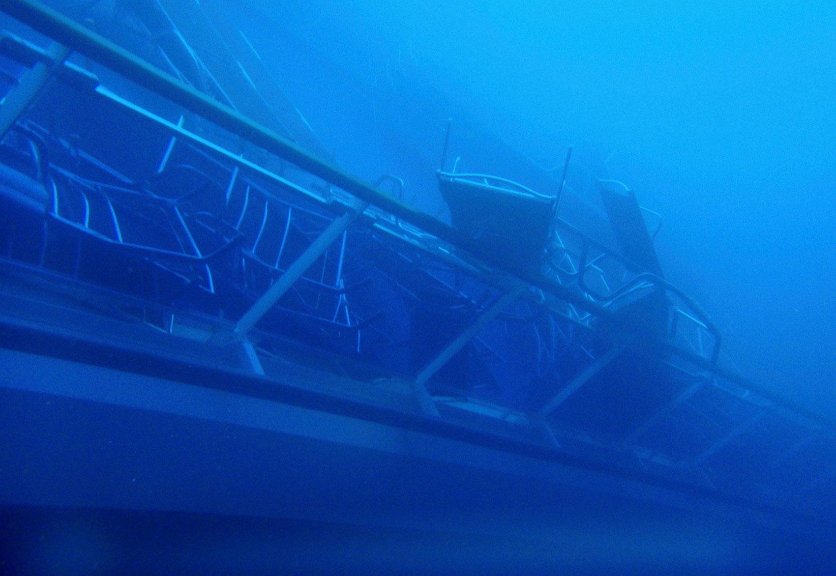 Куча стульев на палубе, фото