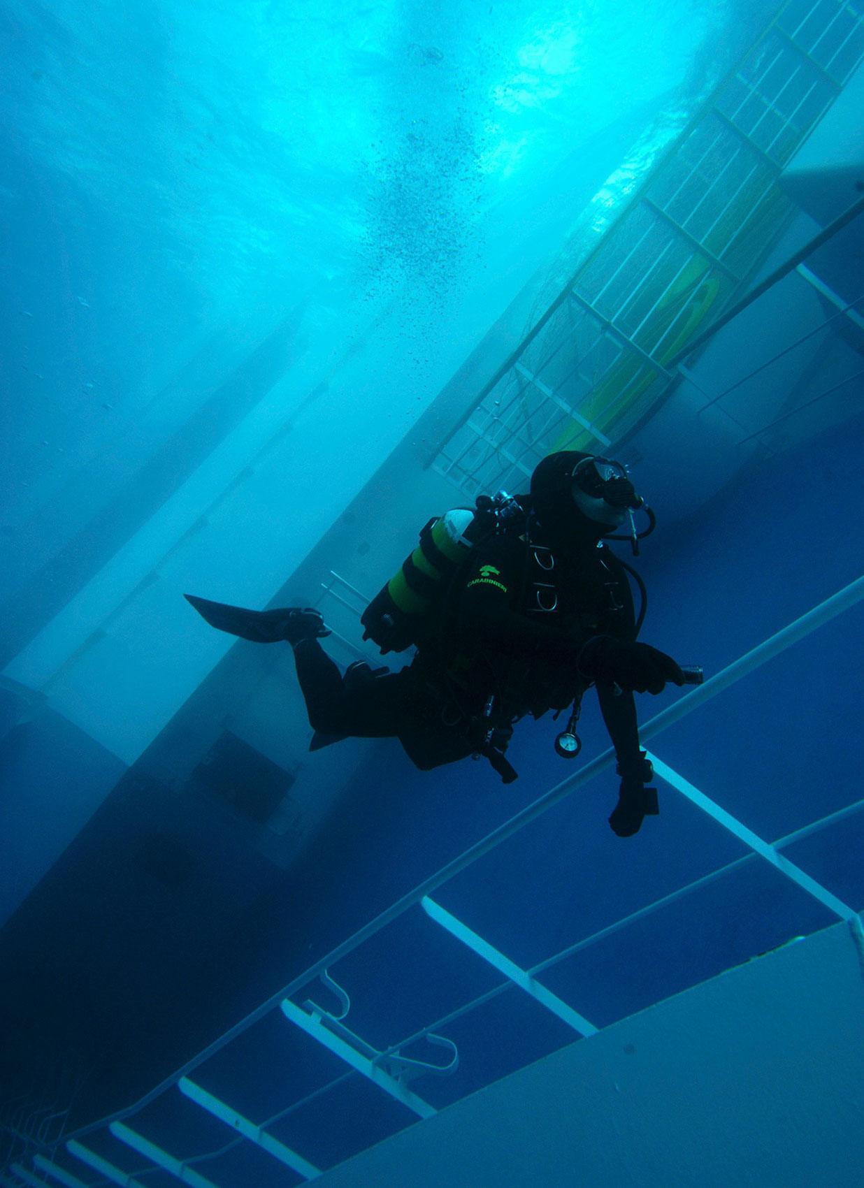 погруженное под воду пассажирское судно, фото