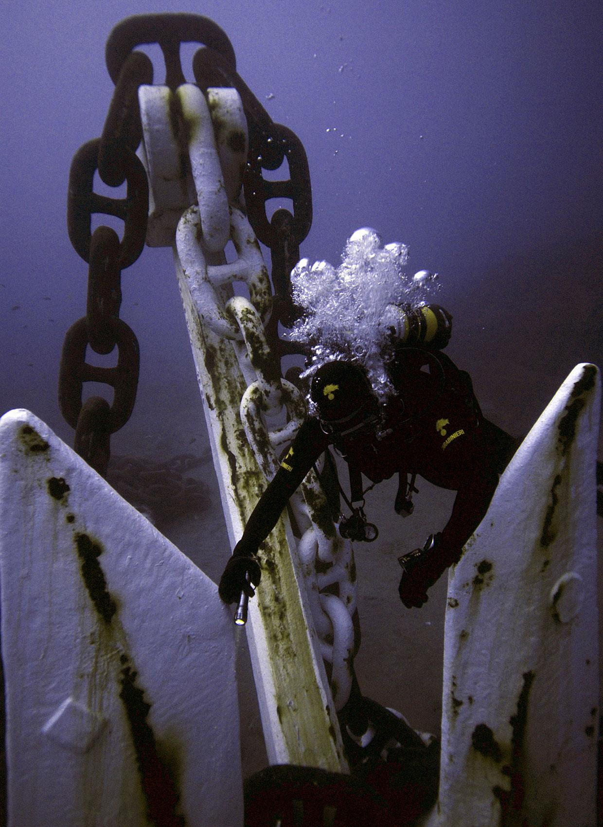 Аквалангист у якоря корабля, фото