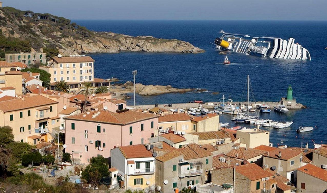 вид на корабль с итальянского берега, фото