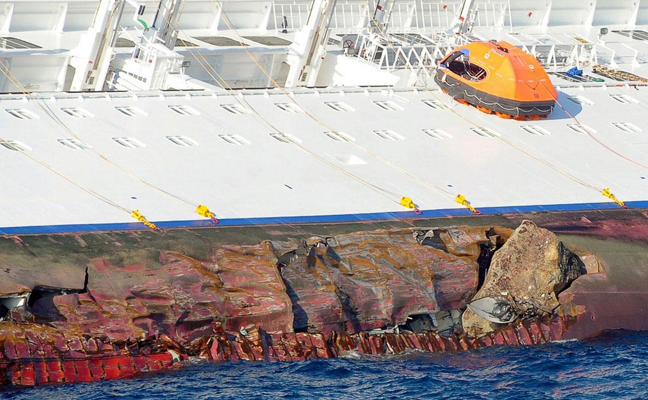 судно наскочило на каменный риф, фото