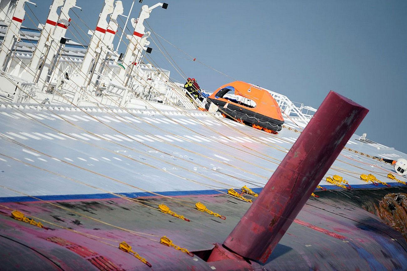 завалившийся на бок корабль, фото