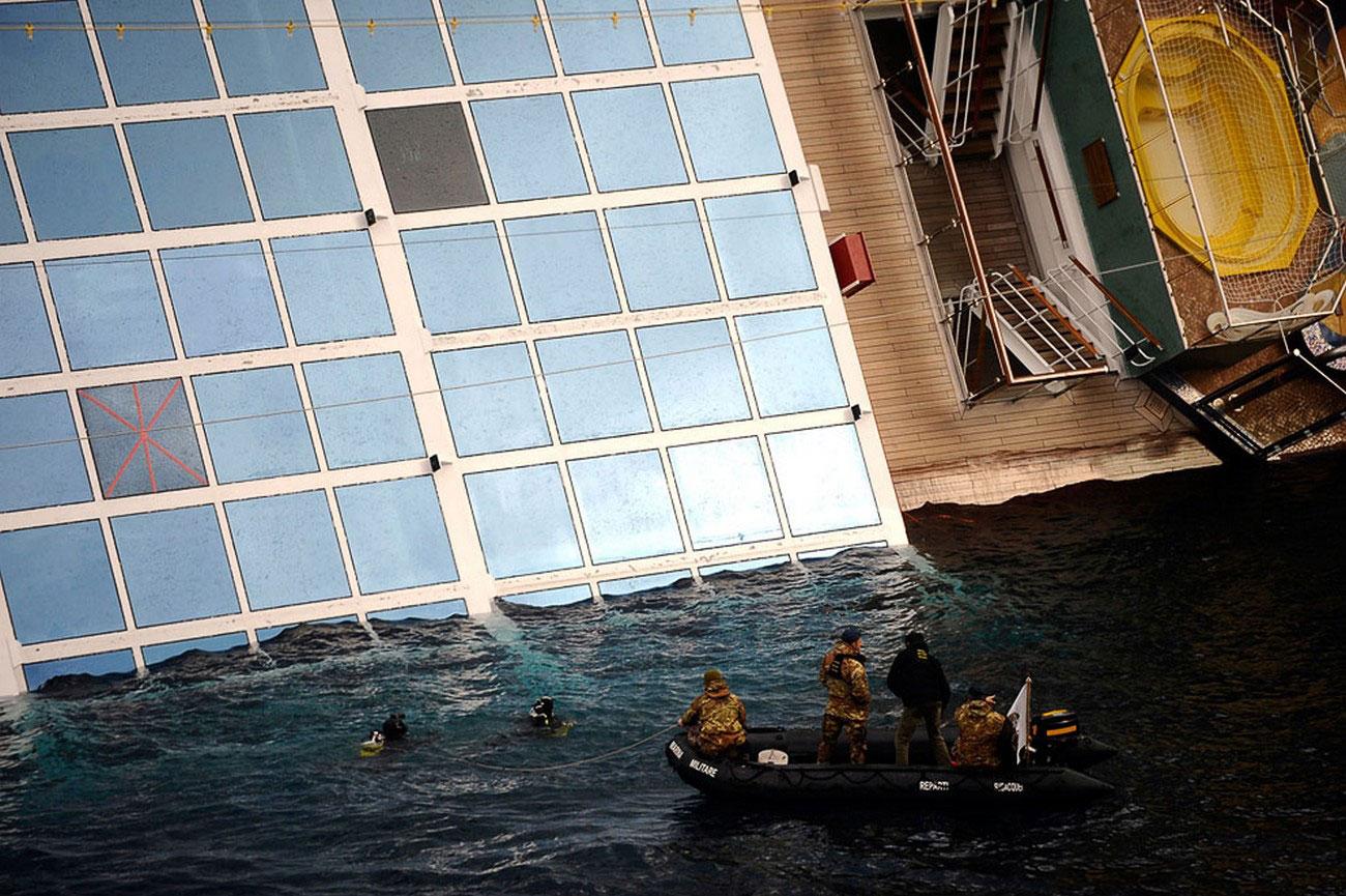 Водолазы у корабля, фото