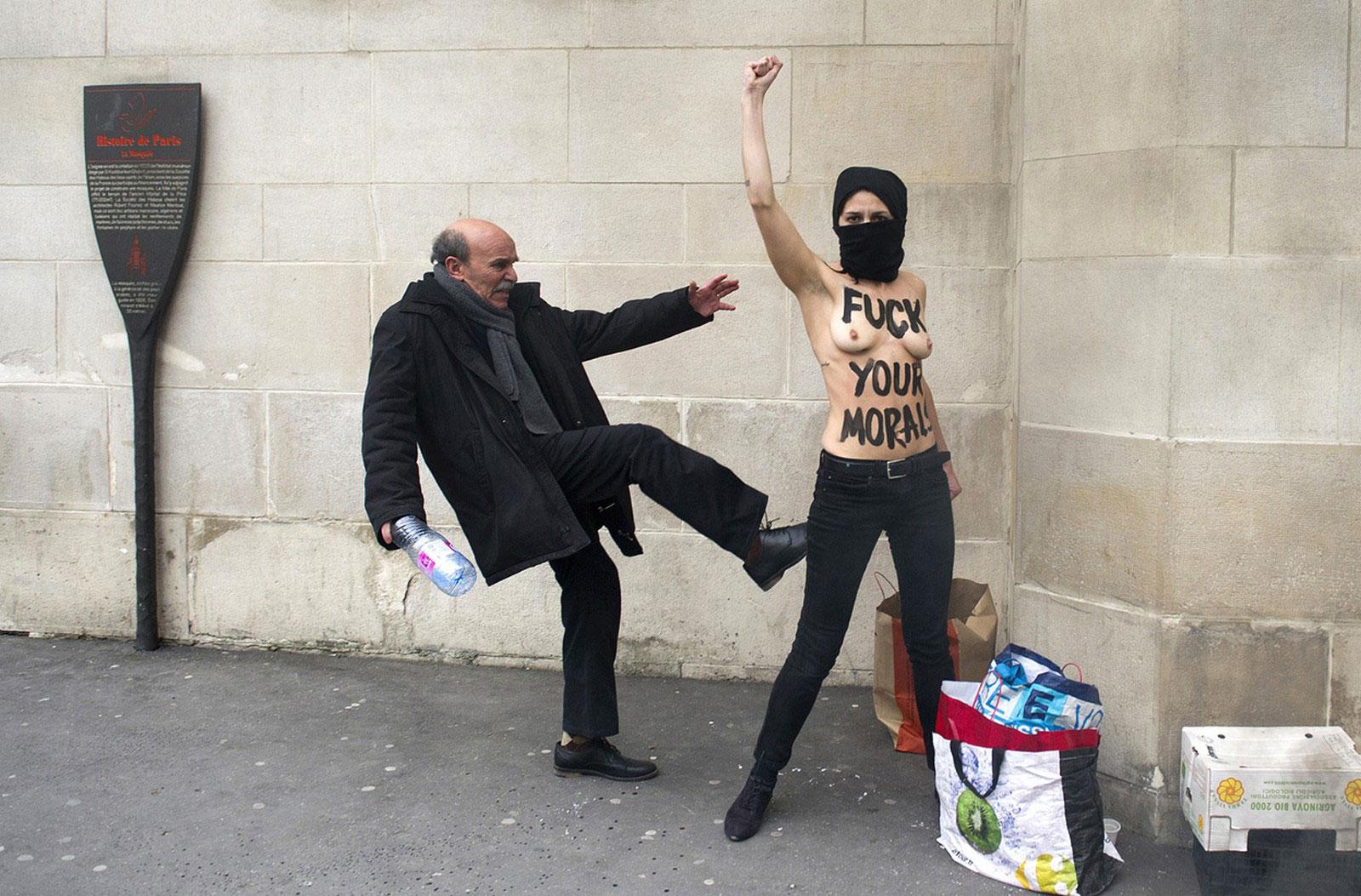 пинок топлесс активистке
