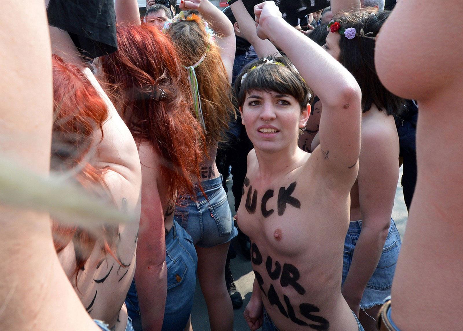 Femen демонстрация у посольства