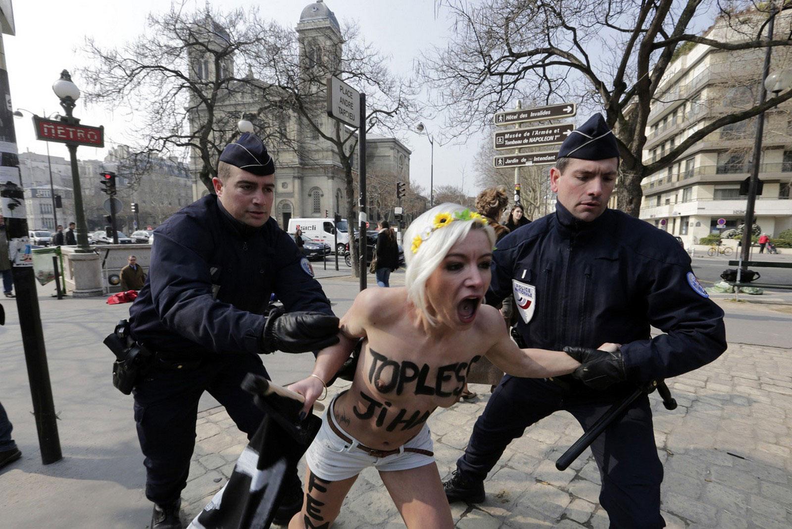 полиция поймала голую активистку