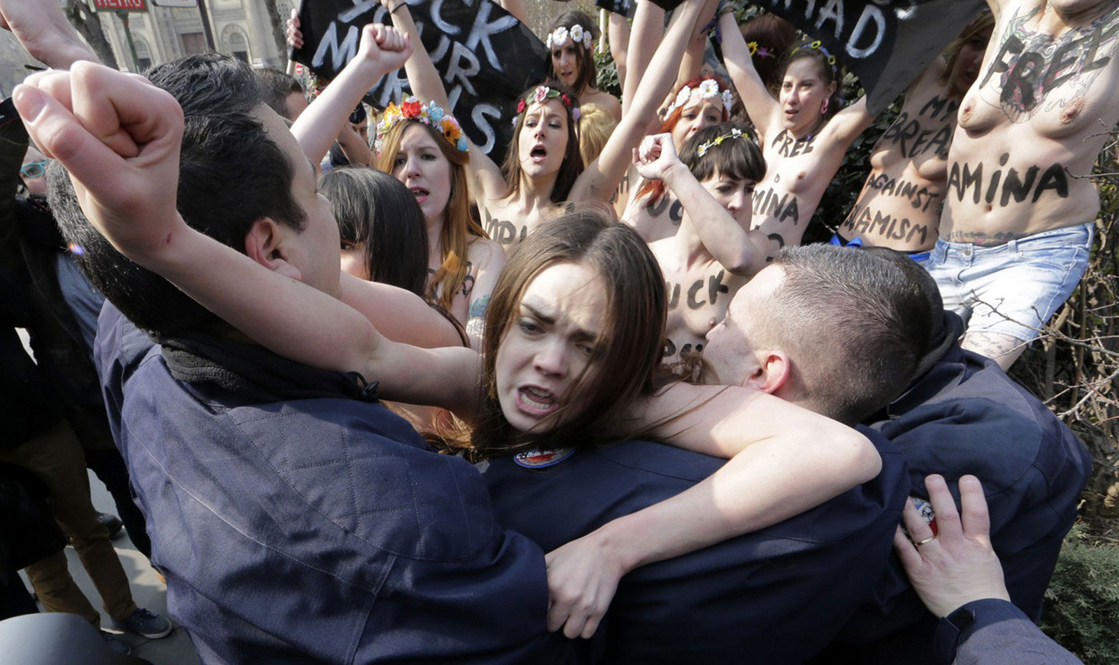 голые девушки на митинге