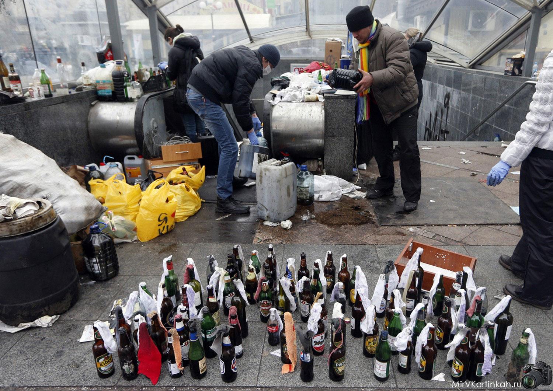 Активисты готовят бутылки с зажигательной смесью