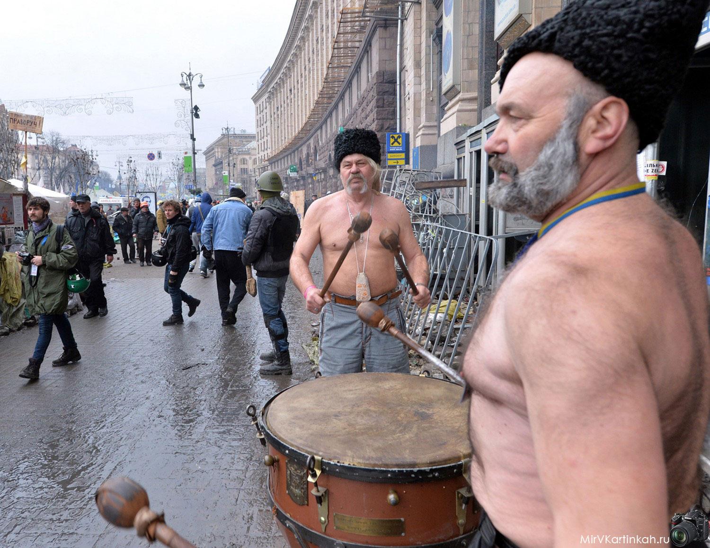 Украинские казаки бьют в барабаны