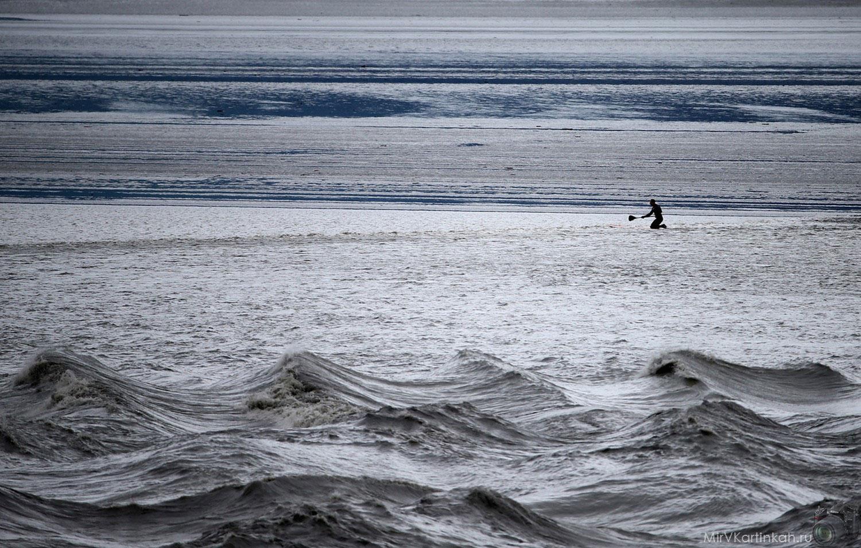 Серфер в ожидании волны