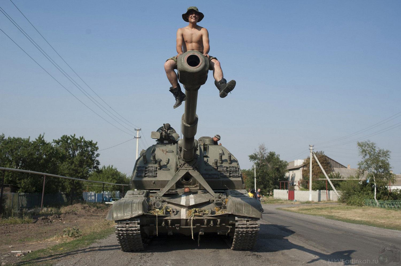 солдат сидит на дуле танка