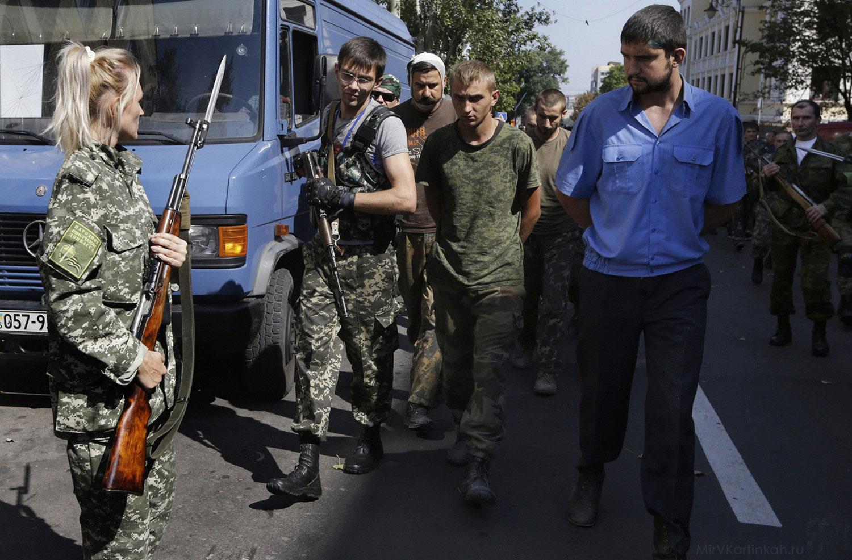 Ополченцы ведут пленных украинских силовиков