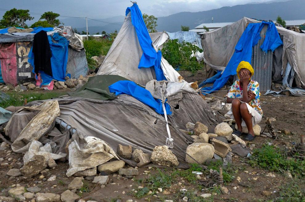 гаинтянская женщина пострадавшая от землетрясения
