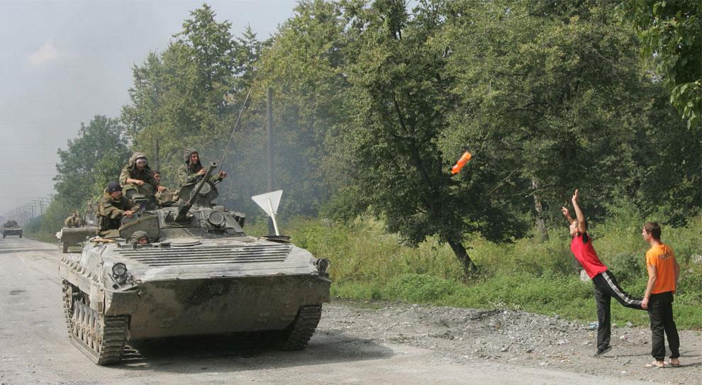 русские солдаты на бронетранспортерах, фото