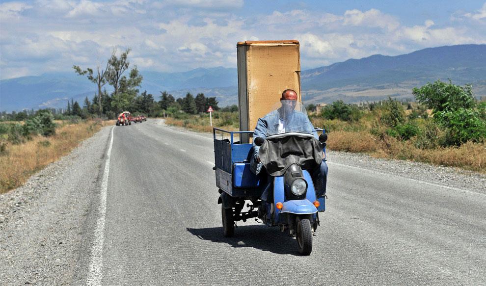 житель Грузии на мотоцикле, фото
