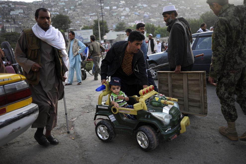 афганец с ребенком