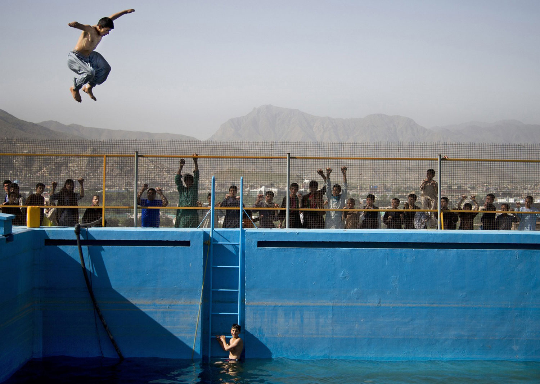 прыжки с трамплина в бассейн