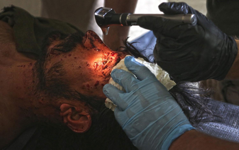 Санитары оказывают медицинскую помощь