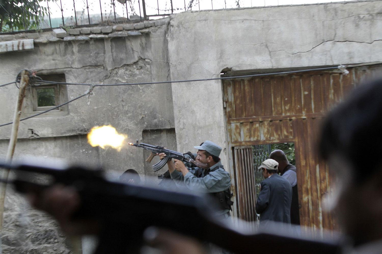 Афганский полицейский за стрельбой