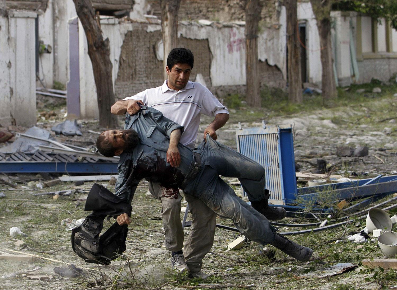 мужчина помогает раненому