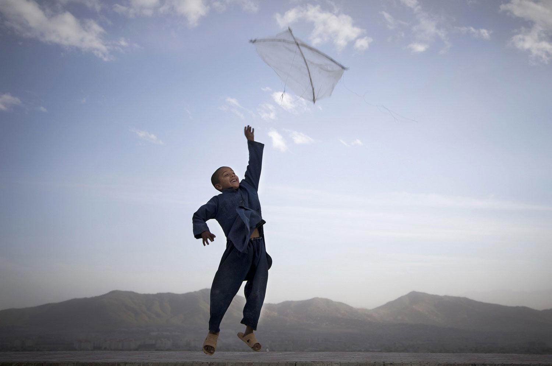 Ребенок запускает воздушного змея