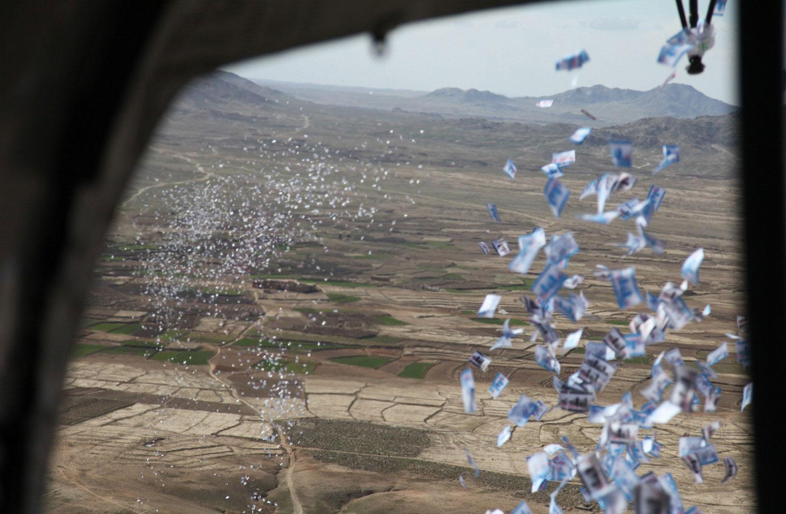 Листовки сбрасывают с вертолета