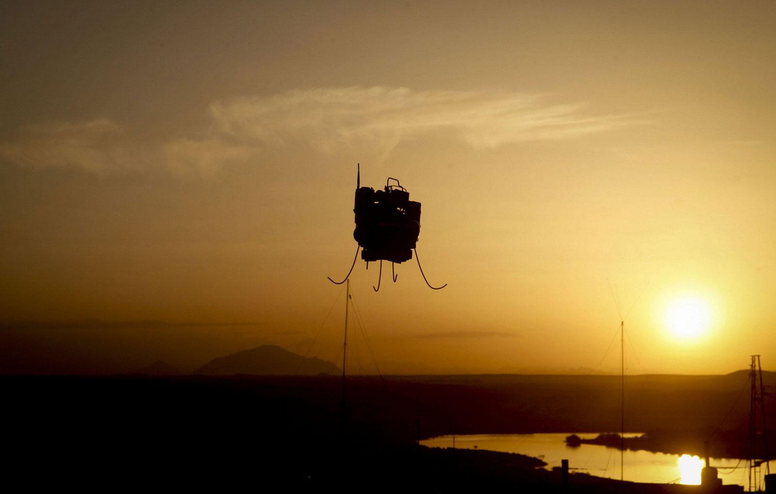 T-Hawk пролетает над оперативной базой