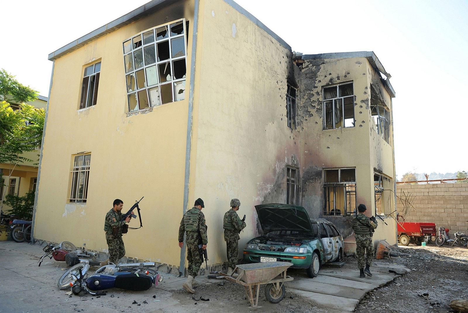Солдаты Афганской национальной армии на месте теракта