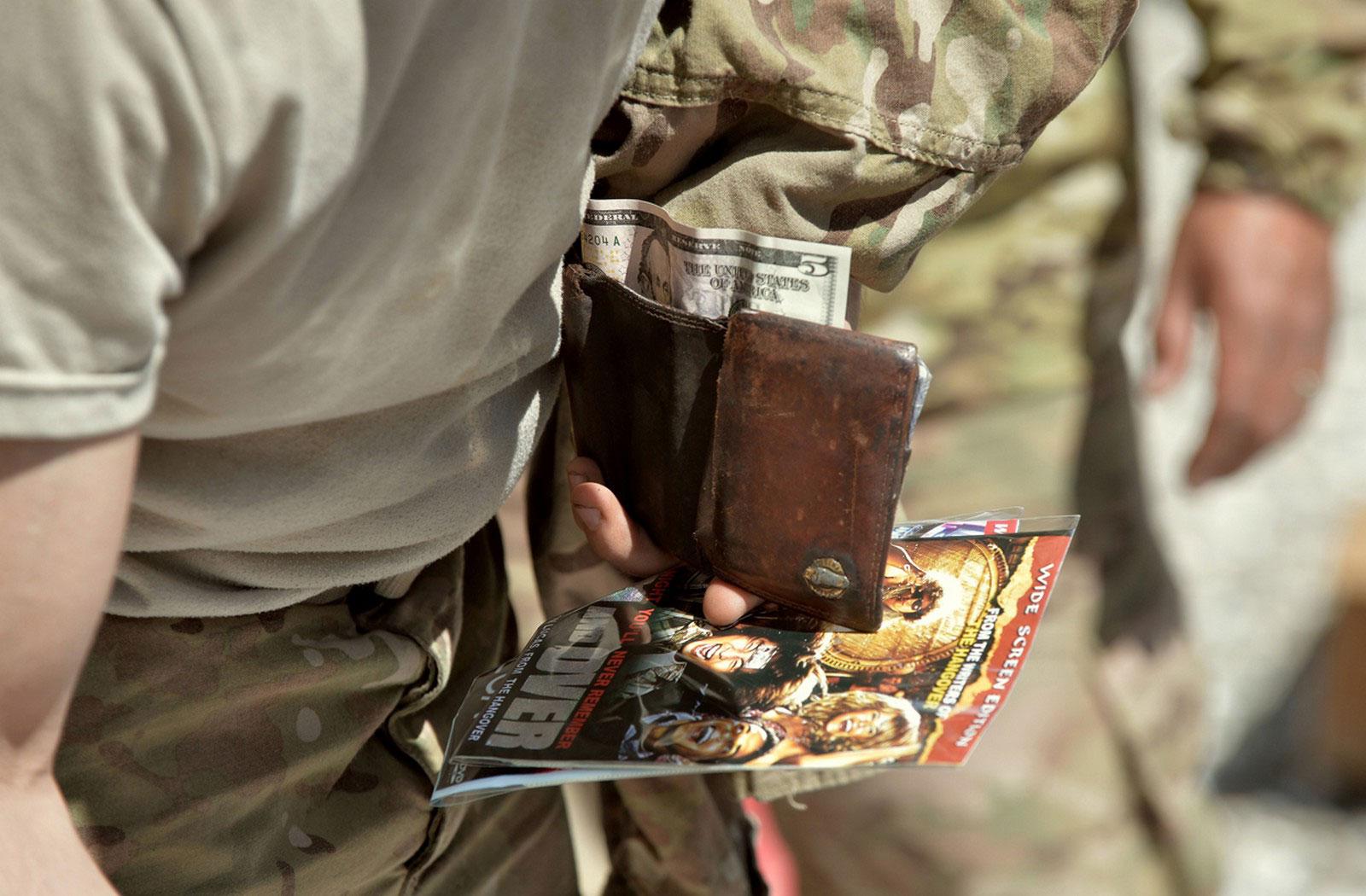 солдат покупает DVD-диски