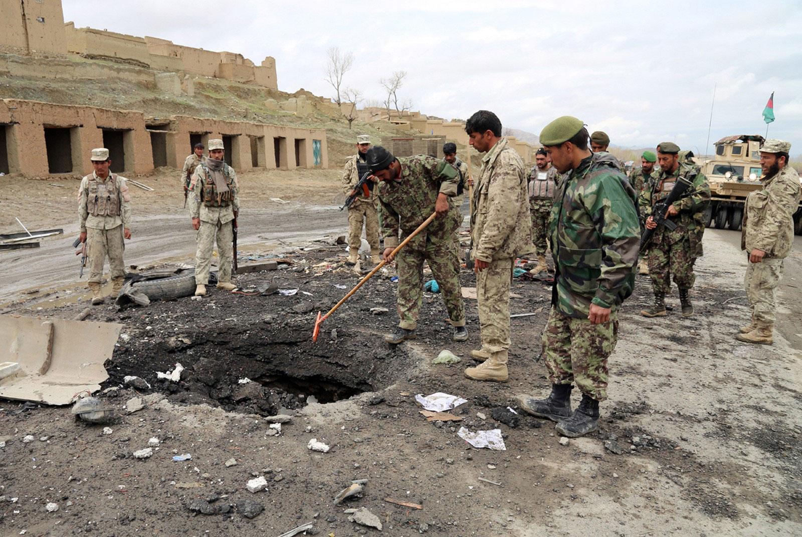 Афганцы исследуют место взрыва