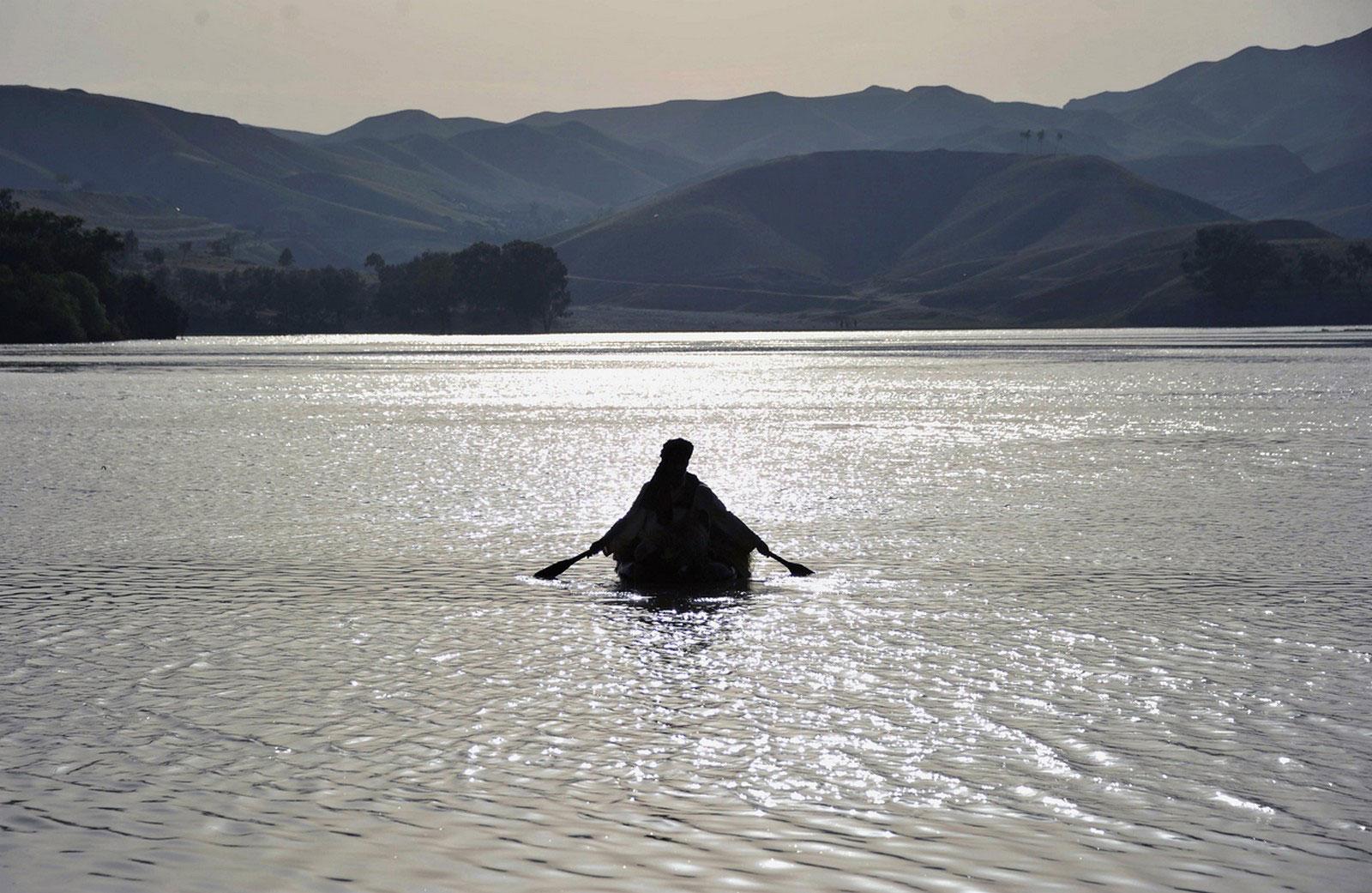 Рыбак в резиновой лодке