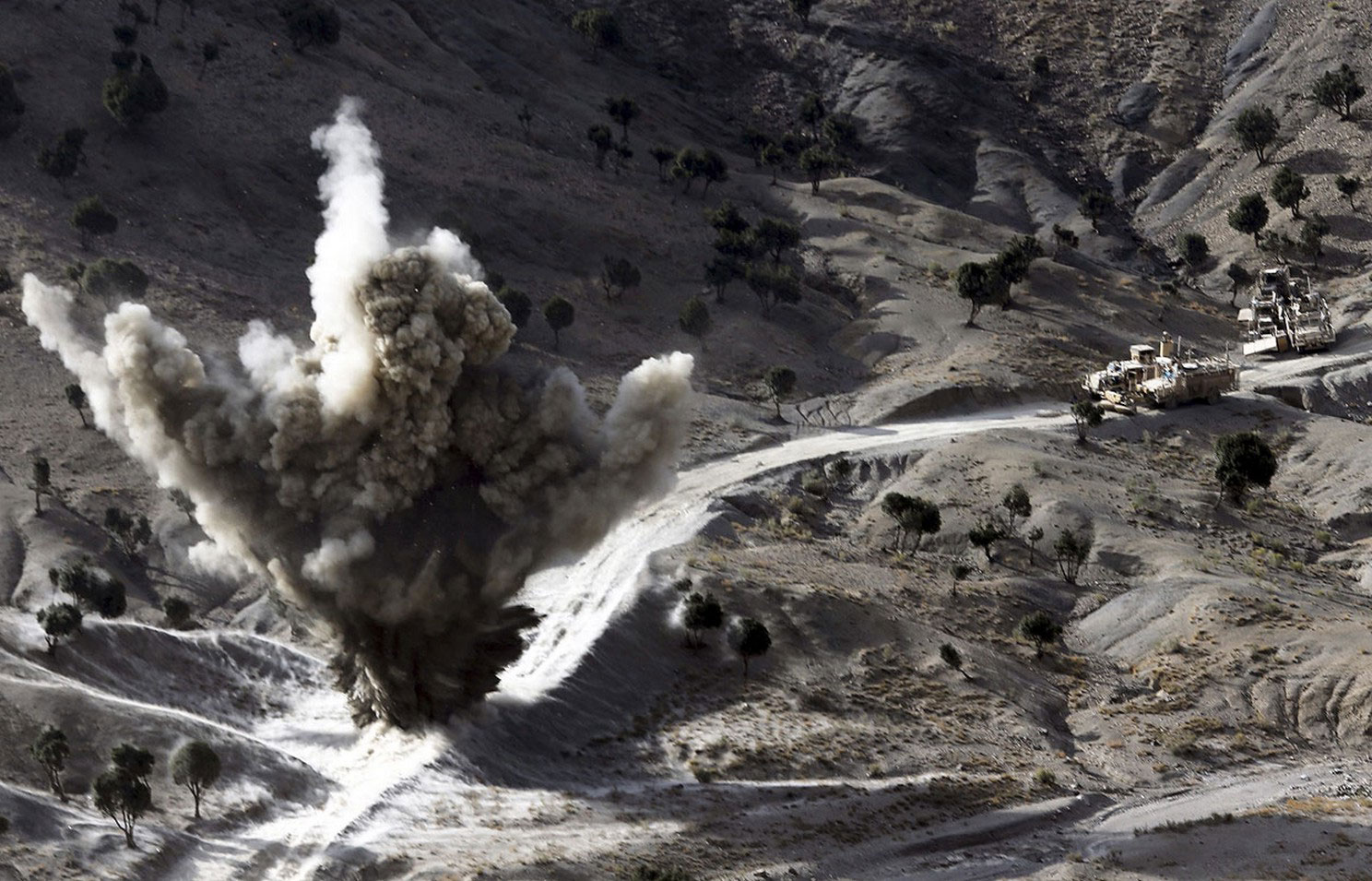 бомба установленная талибами в Афганистане