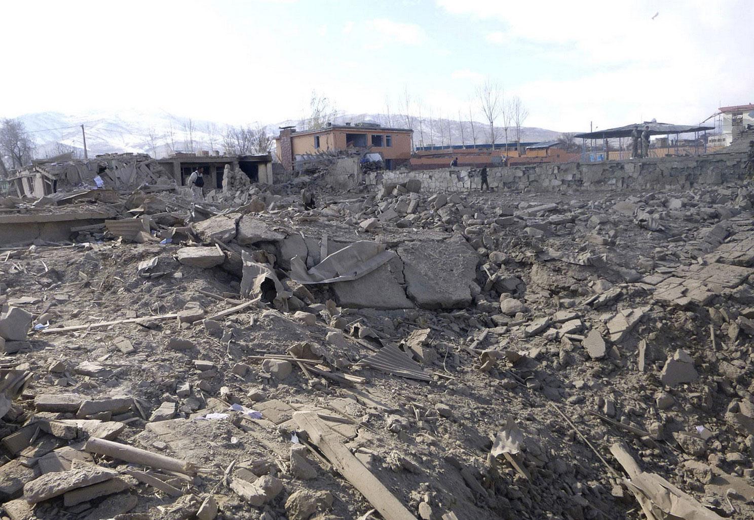 воронка от взрыва бомбы в провинции Вардак