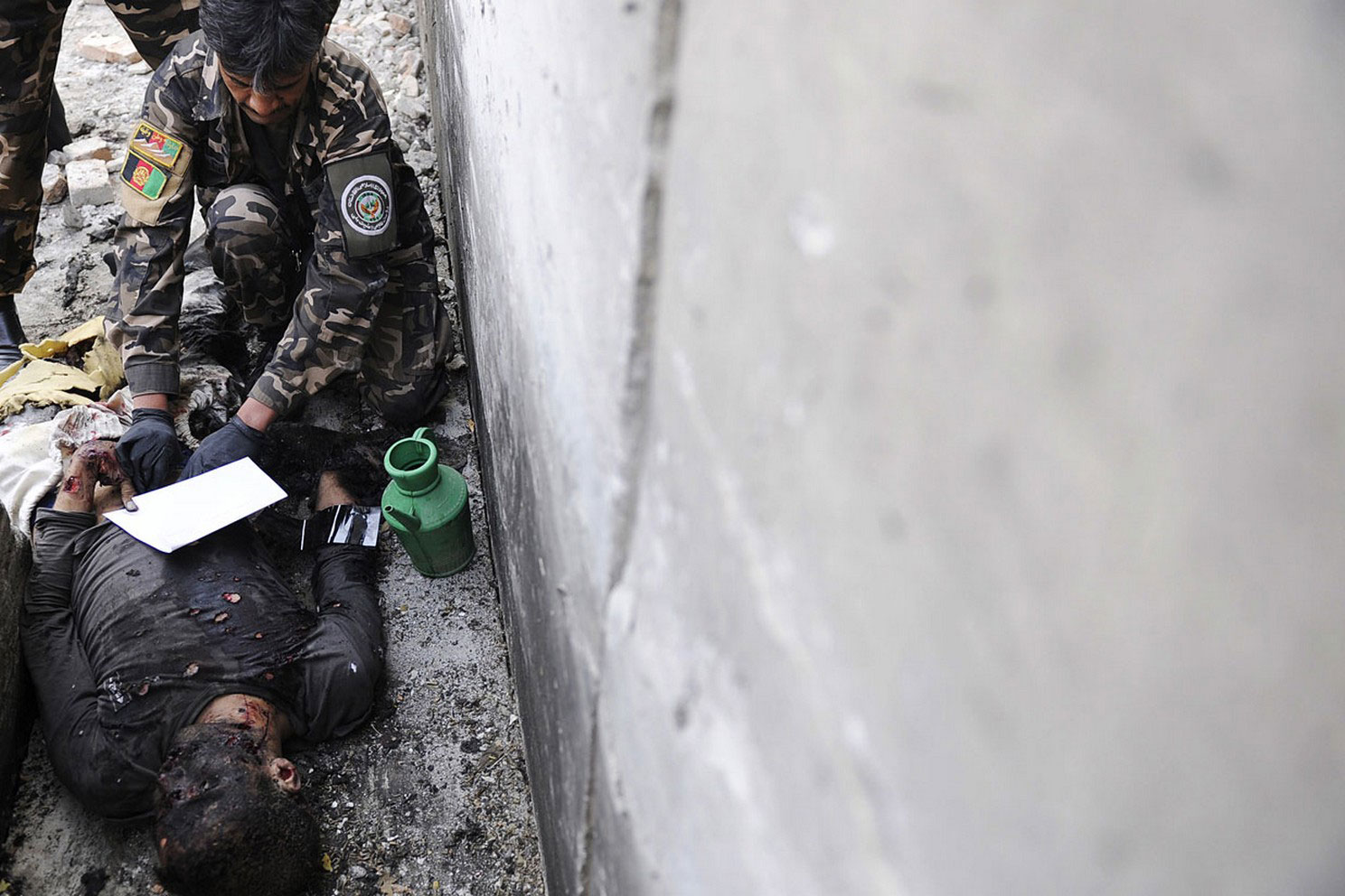 снятие отпечатков пальцев с террориста-смертника в Афганистане