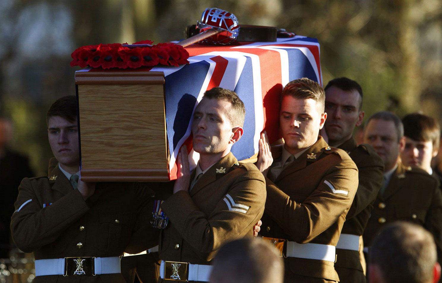 Солдаты несут гроб погибшего в Афганистане капитана, фото