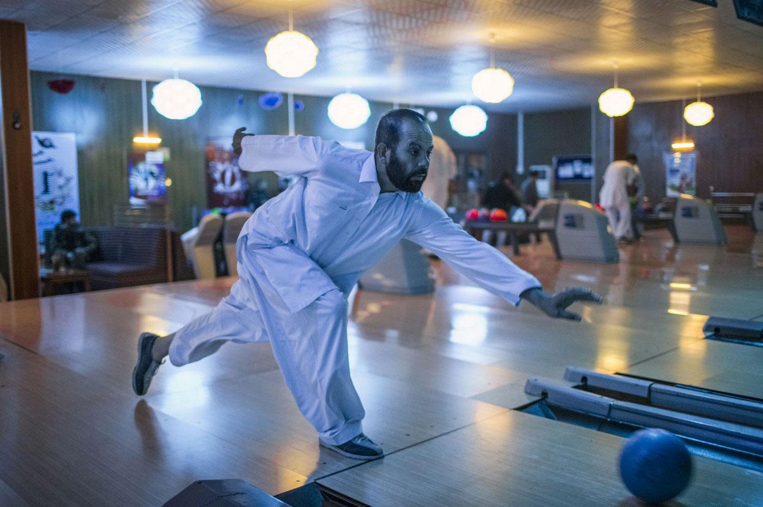 Афганец играет в боулинг, фото