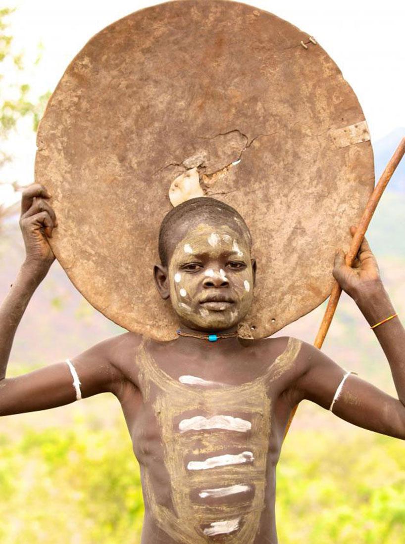Мужчины и женщины племени Сурма бреют головы, фото, Африка
